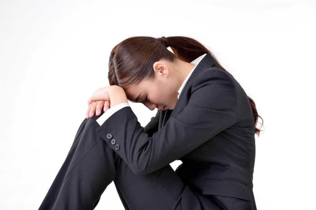 ベンチャー転職で失敗して悩む女性